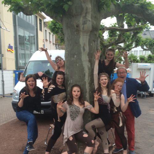 EMMES 2016! 7 Tänzerinnen waren zu Besuch in unserer Partnerstadt Saarlouise und haben mit 3 Tänzen beim Programm mitgewirkt. (hier mit Moderator Hans Werner Strauß)